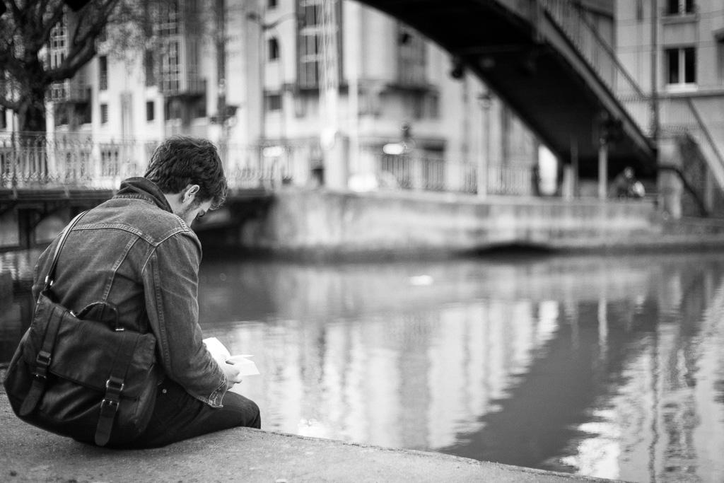The reader on canal Saint-Martin